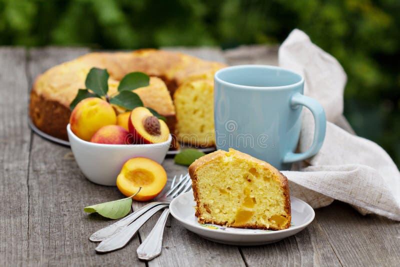 Gâteau fraîchement cuit au four de pêche avec le thé images libres de droits