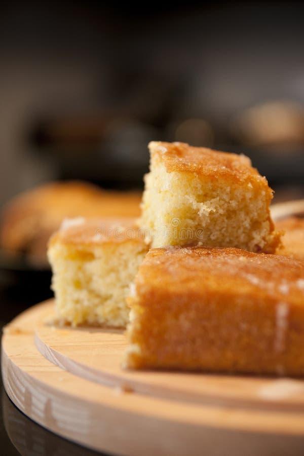 Gâteau fraîchement cuit au four fait maison de bruine de citron sur un style Counte de café photos stock