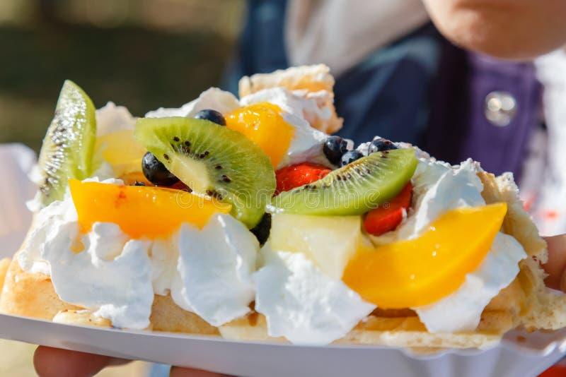 Gâteau frais de gaufre avec le fruit et le plan rapproché fouetté de crème photographie stock libre de droits