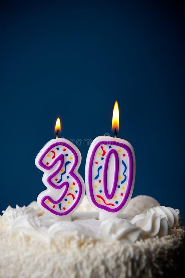 Gâteau : Gâteau d'anniversaire avec des bougies pour le 30ème anniversaire photos libres de droits