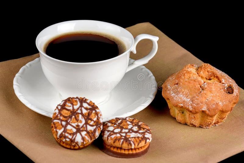 Gâteau, gâteaux aux pépites de chocolat et une tasse de café photo libre de droits