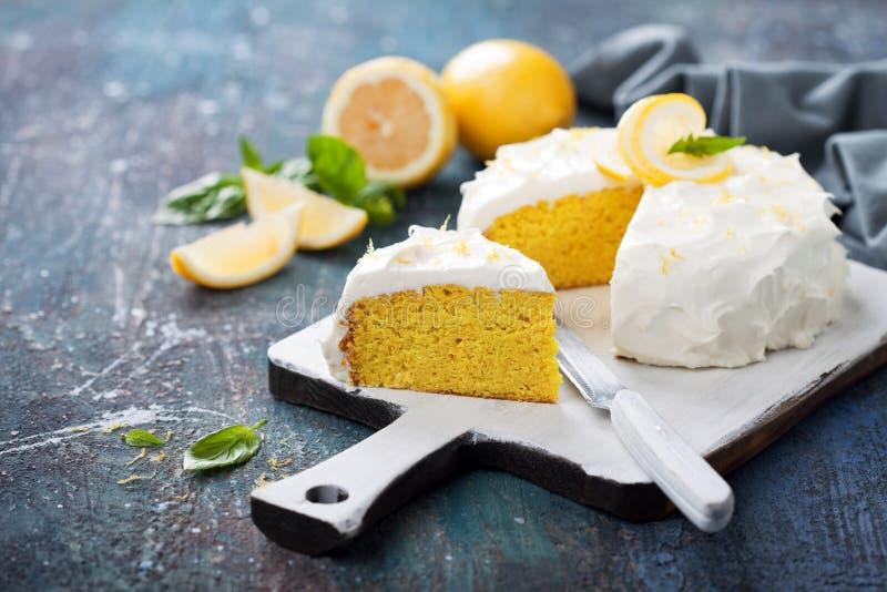 Gâteau gratuit de gluten d'amande de citron avec le givrage de fromage fondu photographie stock libre de droits