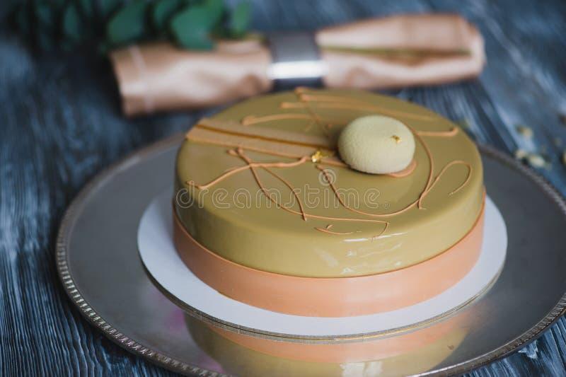 Gâteau jaune fraîchement cuit au four de pudding avec le dacquoise d'amande, confit de framboise, couche croustillante avec les n photographie stock libre de droits