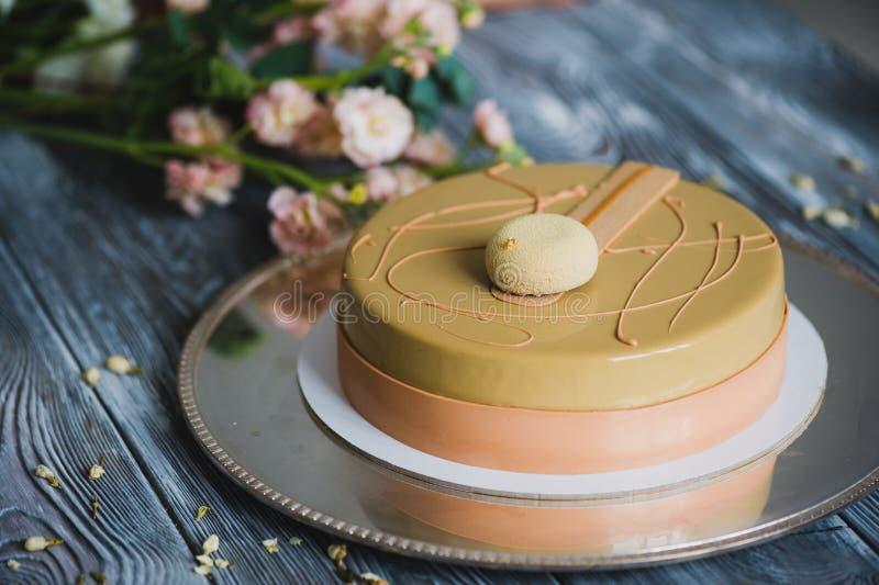 Gâteau jaune fraîchement cuit au four de pudding avec le dacquoise d'amande, confit de framboise, couche croustillante avec les n photos stock