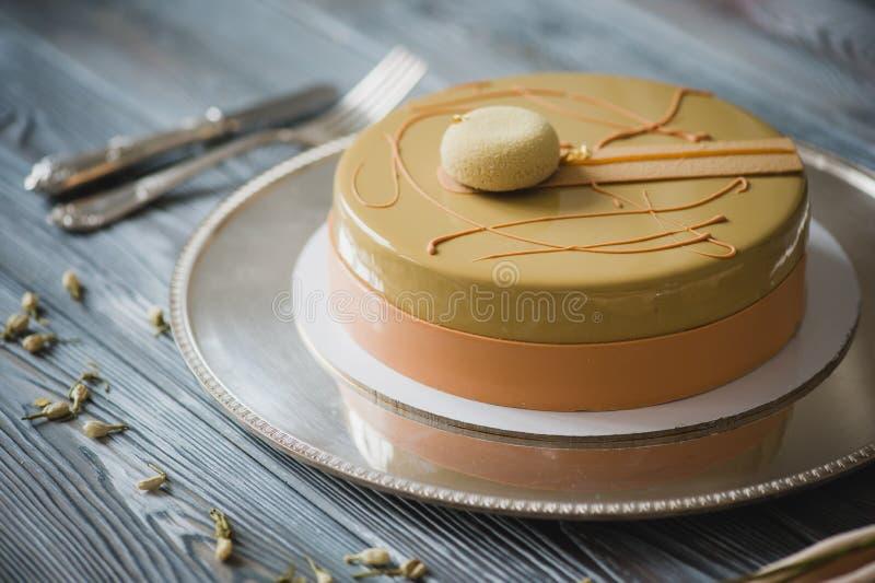 Gâteau jaune fraîchement cuit au four de pudding avec le dacquoise d'amande, confit de framboise, couche croustillante avec les n images stock