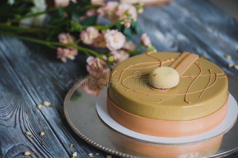Gâteau jaune fraîchement cuit au four de pudding avec le dacquoise d'amande, confit de framboise, couche croustillante avec les n photo stock