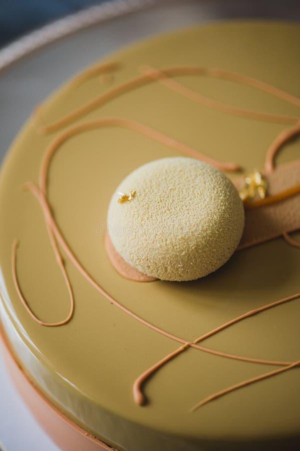 Gâteau jaune fraîchement cuit au four de pudding avec le dacquoise d'amande, confit de framboise, couche croustillante avec les n photographie stock