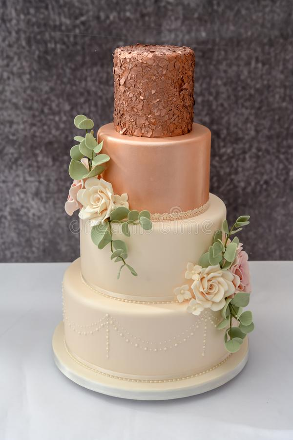 Gâteau l'épousant empilé images libres de droits