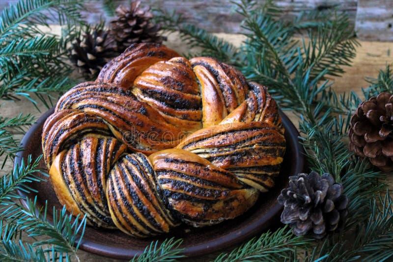 Gâteau lithuanien traditionnel de clou de girofle sur des supports de platine d'un argile derrière la branche de sapin Foyer s?le photographie stock libre de droits
