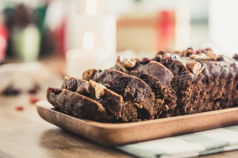 Gâteau mélangé sec délicieux de fruit de Noël d'écrou de plat en bois photographie stock libre de droits