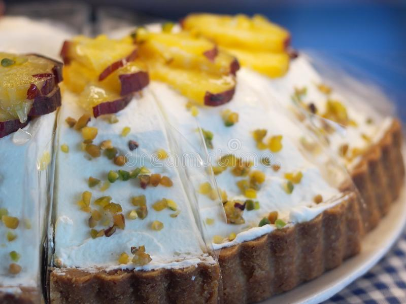 Gâteau mou de beurre avec la variété de fruits, de crème et de confiture d'oranges délicieux images libres de droits