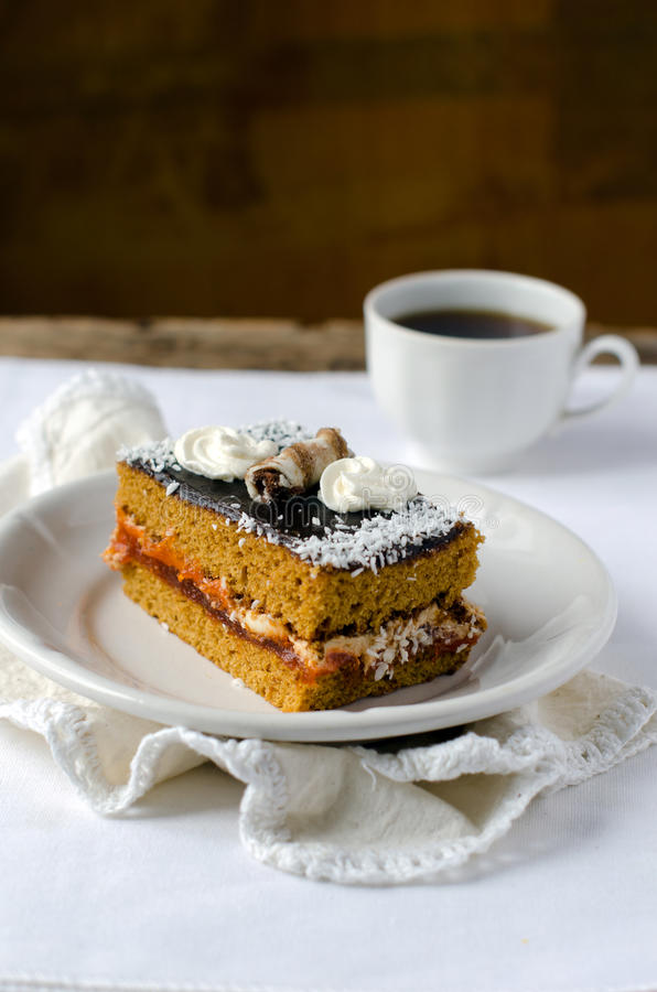 Gâteau mousseline avec de la confiture d'abricot en chocolat photos stock