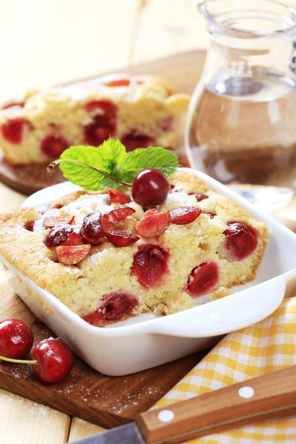 Gâteau mousseline de cerise images libres de droits