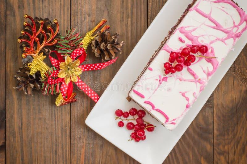 Gâteau mousseline de cerise avec de la crème et la groseille rouge Fond en bois Vue supérieure Plan rapproché photographie stock libre de droits