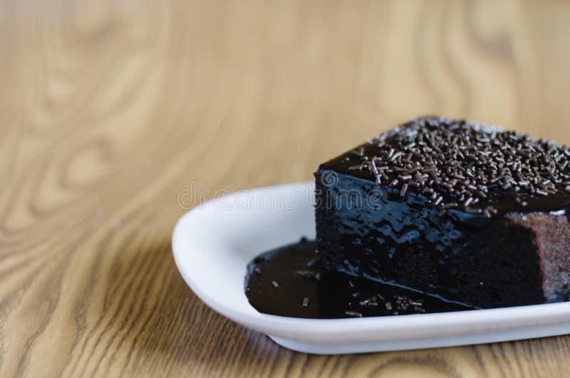 Gâteau mousseline de chocolat couvert du chocolat et de riz fondus de chocolat comme écrimage image libre de droits