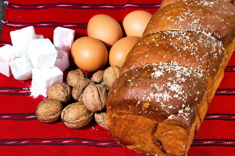 Gâteau mousseline et ingrédients roumains, oeufs, noix, gelée image stock