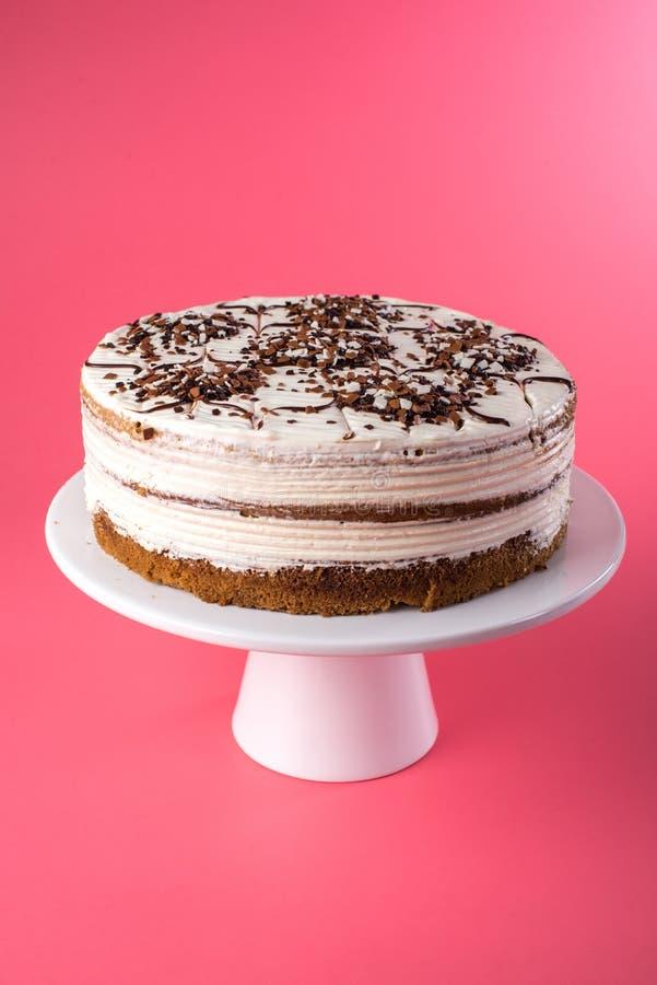 Gâteau mousseline posé fait maison d'isolement avec de la crème blanche dans le style rustique sur un fond rose image stock