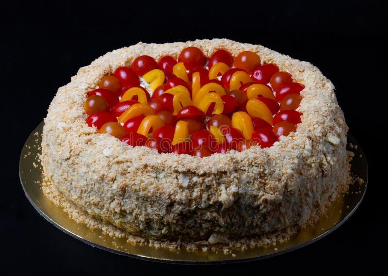gâteau Non-doux de vacances avec les poissons rouges, tomates-cerises, che crème photographie stock