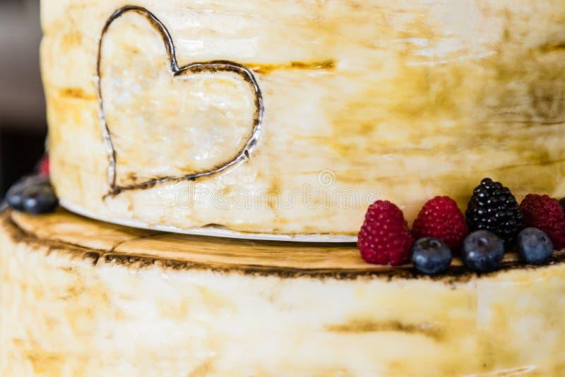 Gâteau nuptiale le jour du mariage photographie stock libre de droits