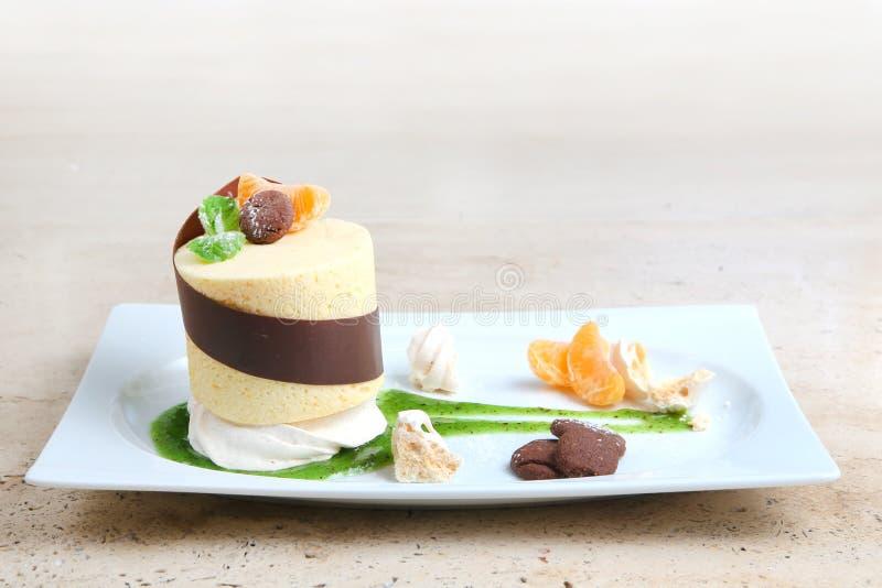 Gâteau orange avec des biscuits Gâteau avec le lustre de chocolat et orange sur le fond en bois photo libre de droits