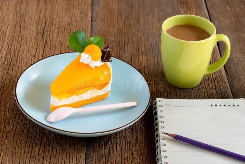 Gâteau orange d'un plat bleu photo libre de droits