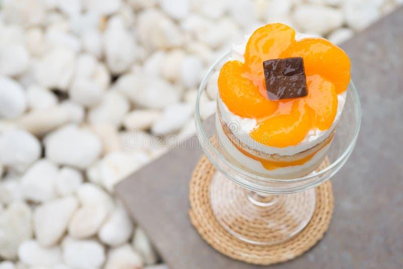 Gâteau orange en verre de coupé de champagne photos stock