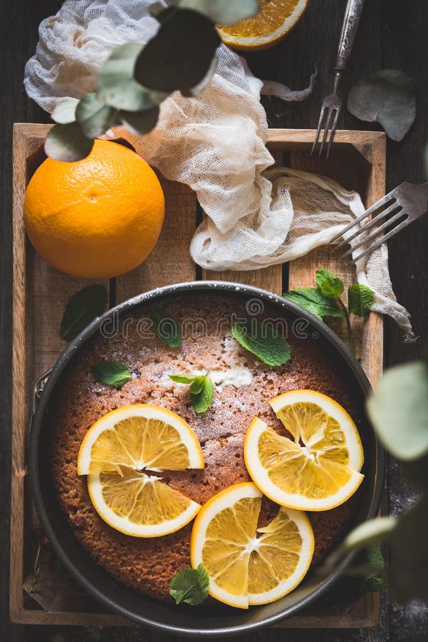 Gâteau orange sur la vue supérieure en bois de table de plateau images libres de droits