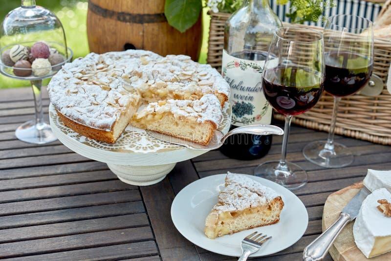 Gâteau ou tarte fraîchement cuit au four découpé en tranches pour le dessert photo stock