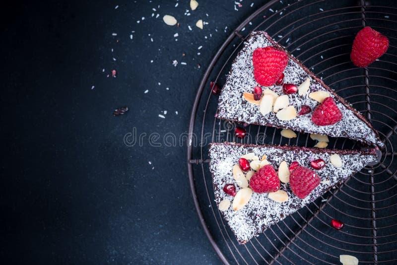 Gâteau ou torte fait maison de framboise de Helthy et de graine de chia photos stock