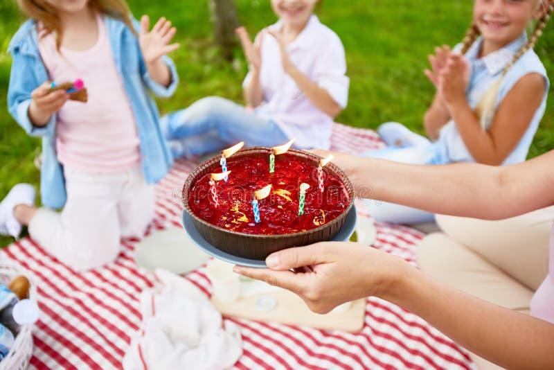 Gâteau pour l'anniversaire images libres de droits
