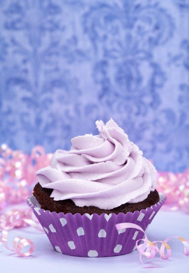 Gâteau pourpré d'anniversaire photographie stock libre de droits