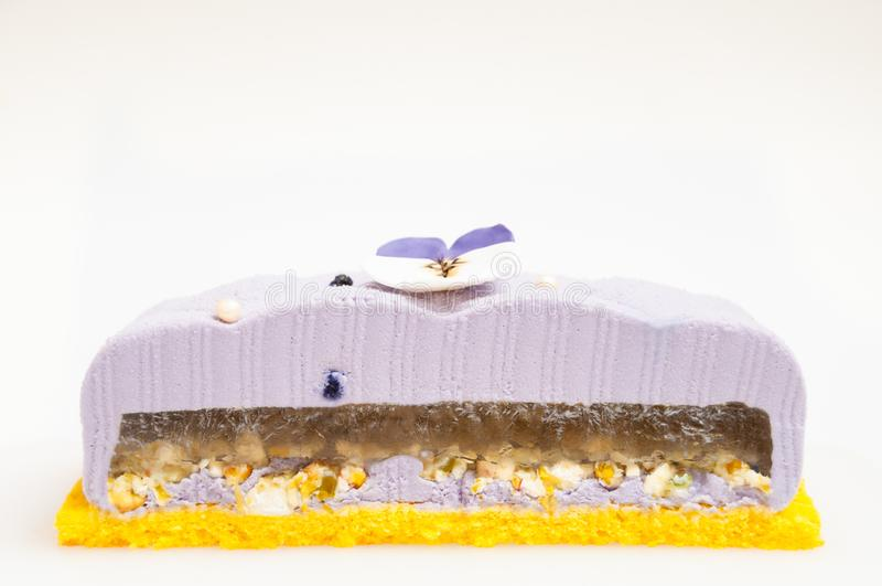 Gâteau pourpre avec des écrous dans l'insertion de gelée photo libre de droits