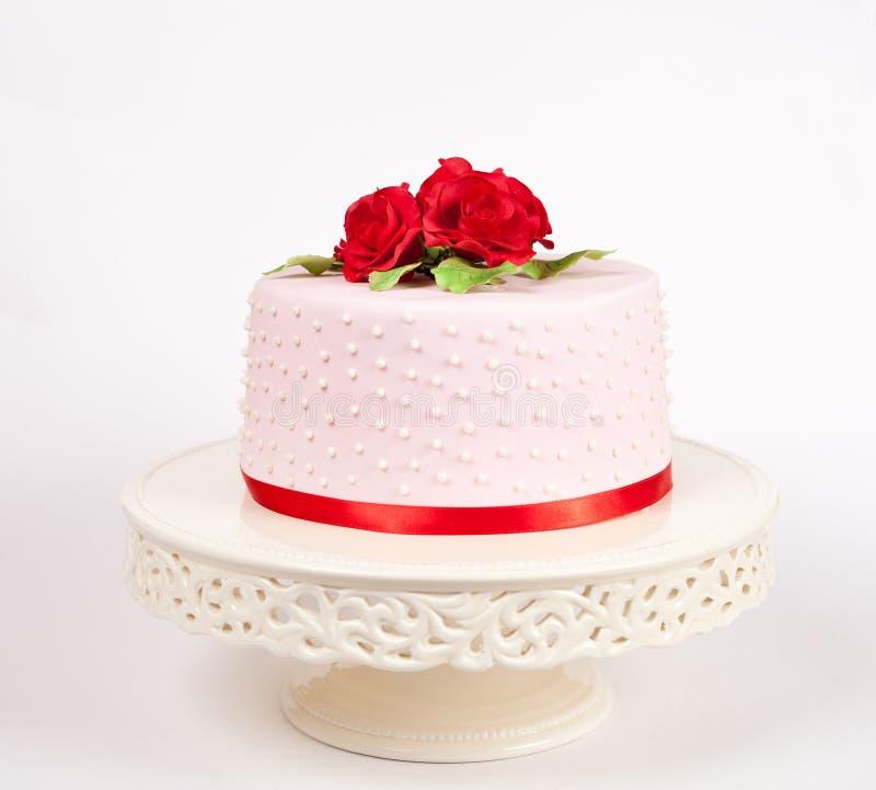 Gâteau repéré avec les roses rouges photo libre de droits