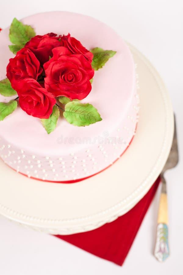 Gâteau repéré avec les roses rouges photo stock