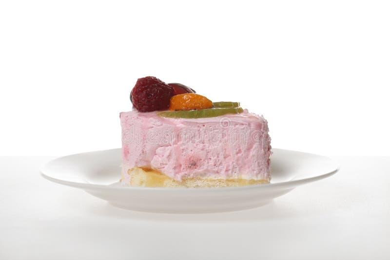 Gâteau rose sur le blanc images stock