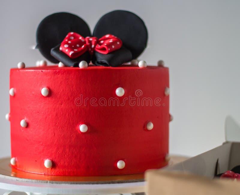Gâteau rouge avec des oreilles de souris photographie stock libre de droits