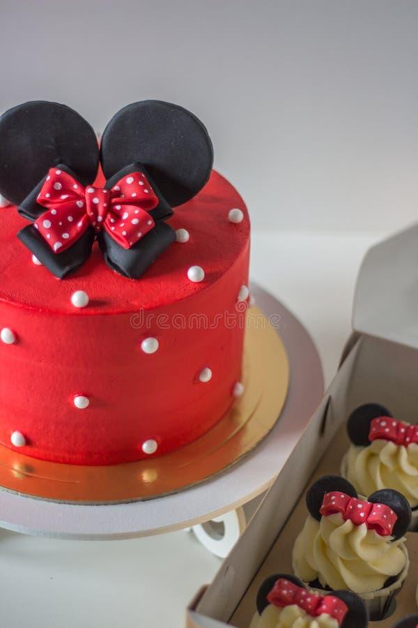 Gâteau rouge avec des oreilles de souris image libre de droits