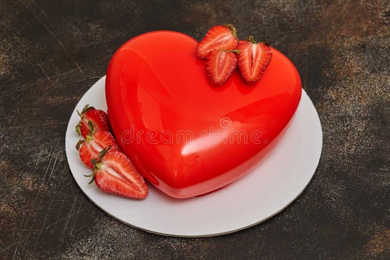 Gâteau rouge de mousse de lustre, forme de forme de coeur sur le fond foncé images libres de droits