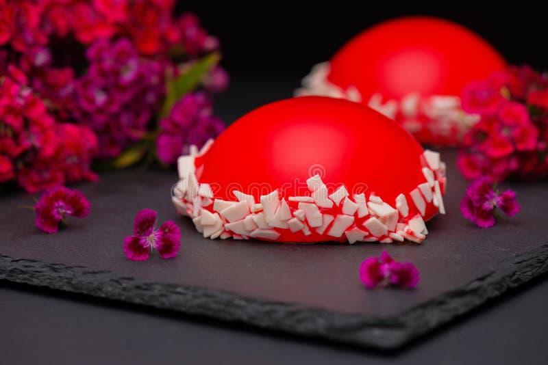 Gâteau rouge de mousse de lustre de fraise, sur le fond foncé, plan rapproché Gâteau rouge avec le lustre de miroir images libres de droits