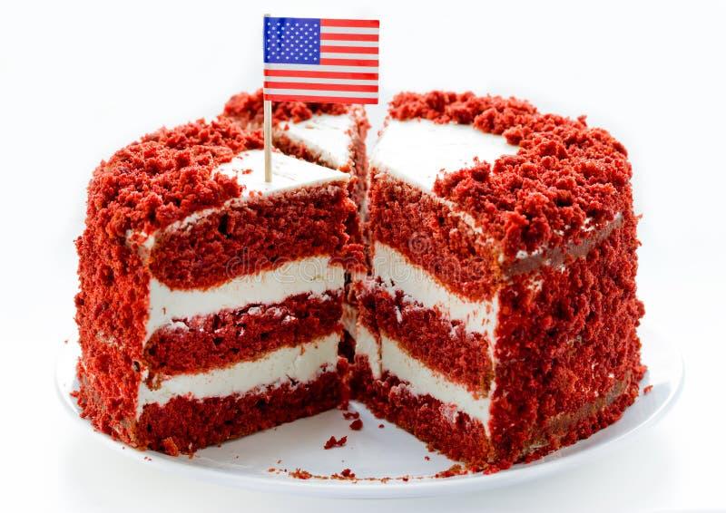 Gâteau rouge de velours, gâteau posé du classique trois des gâteaux de Savoie rouges de beurre avec le givrage de fromage fondu images libres de droits
