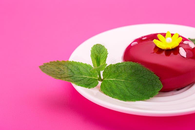 Gâteau rouge doux avec la fleur jaune et les feuilles en bon état Dess d'anniversaire image stock
