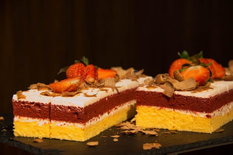 Gâteau rouge et blanc de fraise de couche de crème image libre de droits