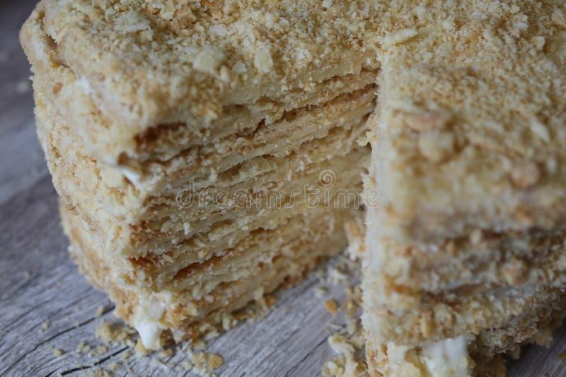 Gâteau russe de napoléon de feuille de mille de style Pâte feuilletée sur en bois photo libre de droits