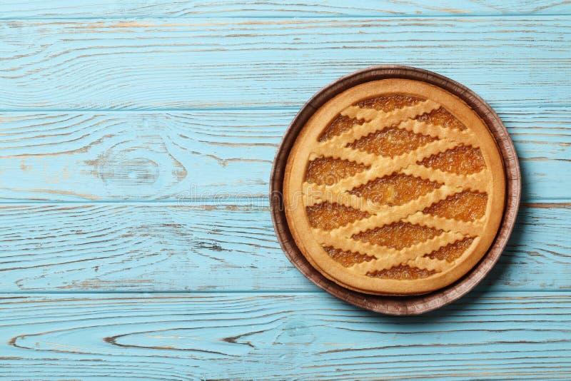 Gâteau savoureux avec la confiture sur le fond en bois bleu de а photographie stock libre de droits