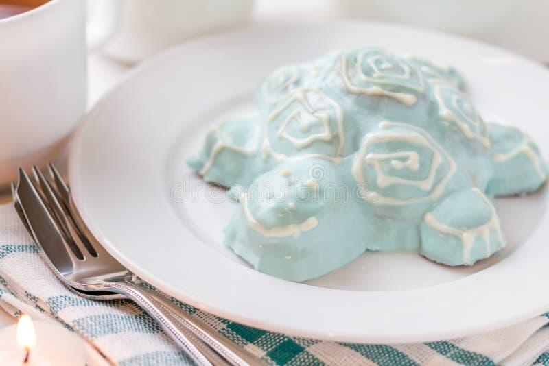 Gâteau shapped par tortue du plat blanc images libres de droits