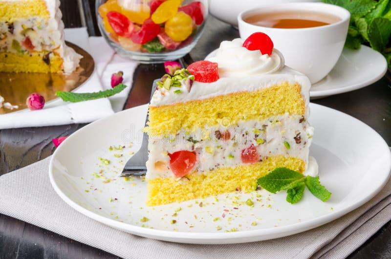 Gâteau sicilien de cassata avec les fruits glacés, les pistaches et le chocolat image stock