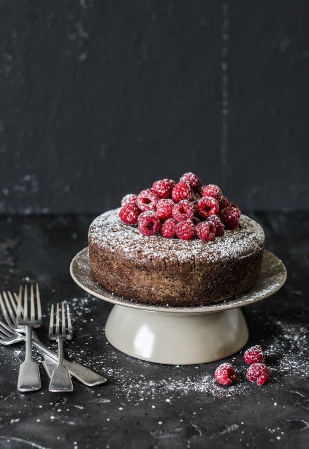 Gâteau simple au chocolat avec framboise fraîche sur fond sombre Un délicieux dessert photos stock