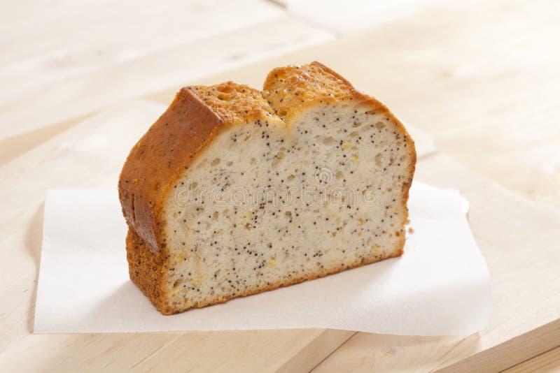 Gâteau simple de tranche avec le pavot image libre de droits