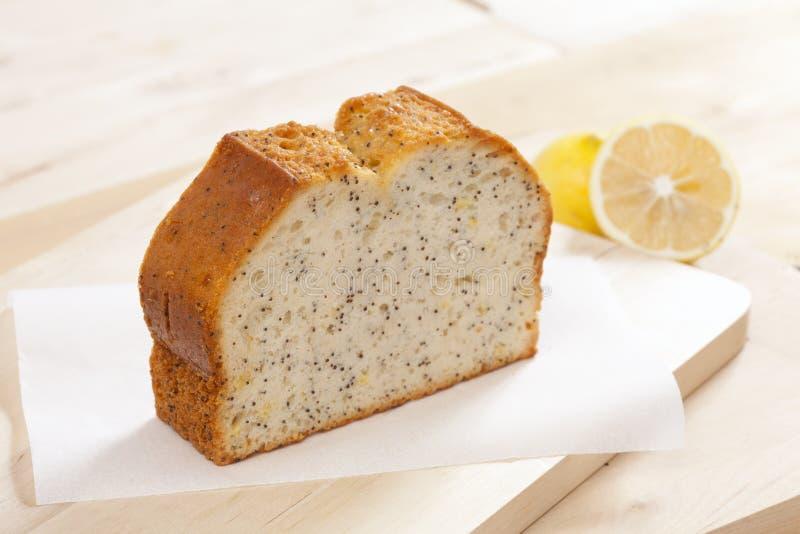 Gâteau simple de tranche avec le pavot photographie stock libre de droits