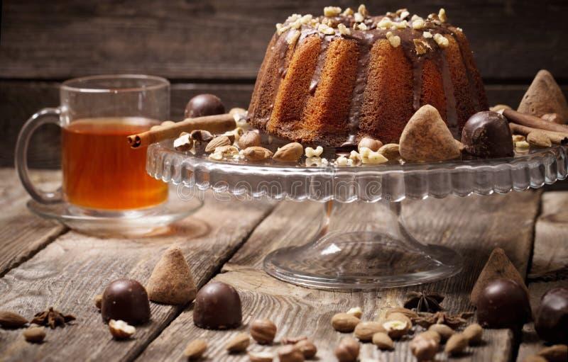 Gâteau, sucrerie, écrous et tasse sur le fond en bois photographie stock